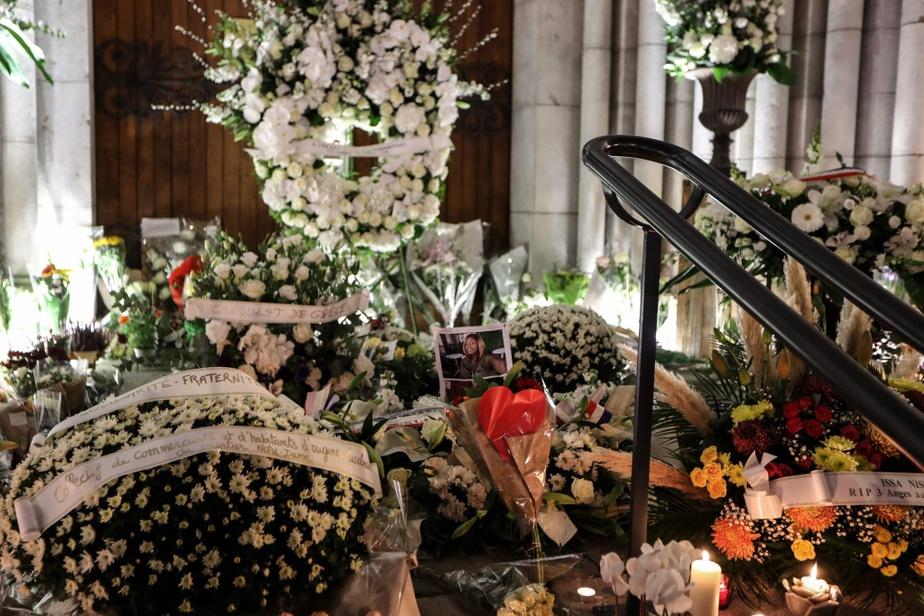 Des gerbes de fleurs et des messages de condoléances couvraient le parvis de la basilique Notre-Dame-de-l'Assomption, vendredi soir.