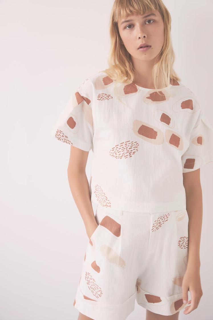 Eve Gravel a l'habitude d'offrir des imprimés exclusifs. Pour cette collection, elle a collaboré avec l'artiste montréalaise Elizabeth Laferrière (ZAB). Sur la photo: haut Orphée (152$) et short White Sand (196$) en crêpe de coton.