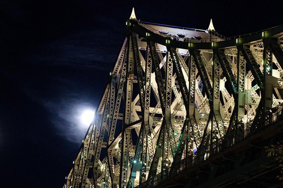 La Lune des moissons se lève derrière le pont Jacques-Cartier, à Montréal, en ce lundi soir d'élections fédérales.