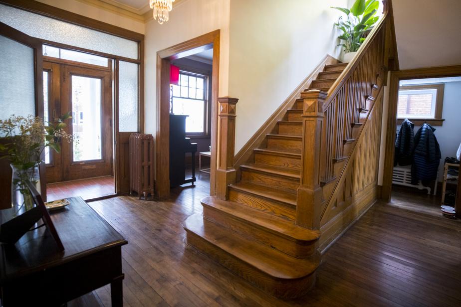 Les planchers, l'escalier et les boiseries en chêne ont été bien conservés.