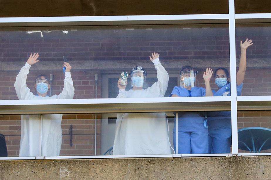 10novembre2020. En pleine deuxième vague, le personnel du CHSLD Saint-Eusèbe de Joliette, aux prises avec une grave éclosion de COVID-19, salue les pompiers de la ville venus lui rendre hommage.