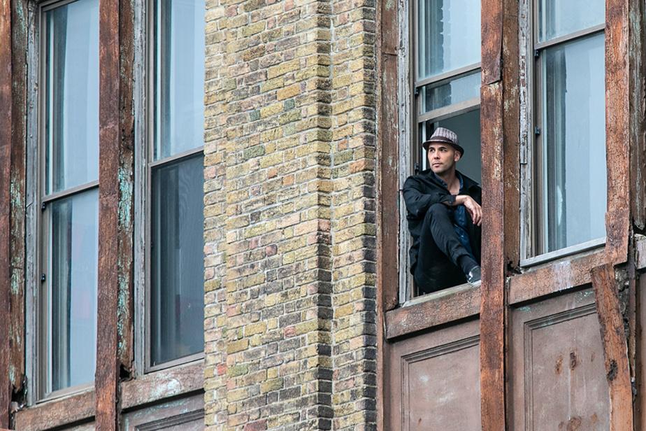 27avril2020. Portrait du cinéaste Kim Nguyen, pris depuis l'extérieur, à sa fenêtre, pour respecter les consignes de distanciation entre l'artiste et le photographe.