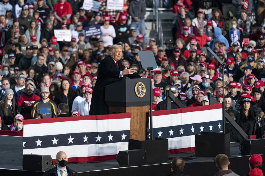 26octobre2020– Alors que la juge Amy Coney Barrett est officiellement confirmée par le Sénat, Donald Trump fait campagne en Pennsylvanie. Depuis sa sortie de l'hôpital, le 5octobre, le président tient des rassemblements dans de nombreux États-pivots où les militants ne portent pas toujours le couvre-visage. Joe Biden, pour sa part, a limité ses déplacements pour les derniers jours de la campagne, évitant de tenir des rassemblements «qui ne comptent pas vraiment pour les électeurs», selon ses conseillers.