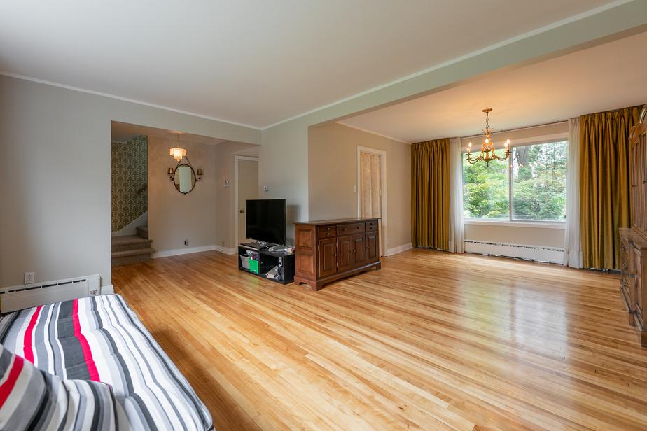 La pièce est beaucoup plus vaste. Le revêtement de plancher a été changé.