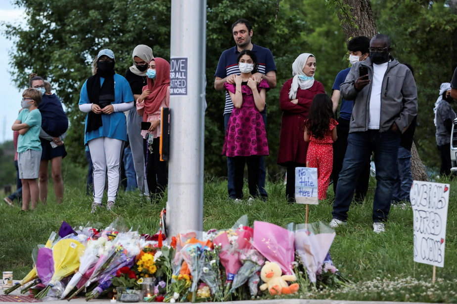 Des citoyens de London réunis sur les lieux de la tragédie