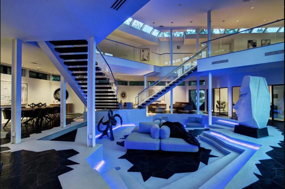 Néons bleus, carrelage d'une autre galaxie, escaliers aux airs extraterrestres: le salon est prêt à décoller. Le prix aussi: 4,3millionsUS sont demandés pour cette demeure de Houston.
