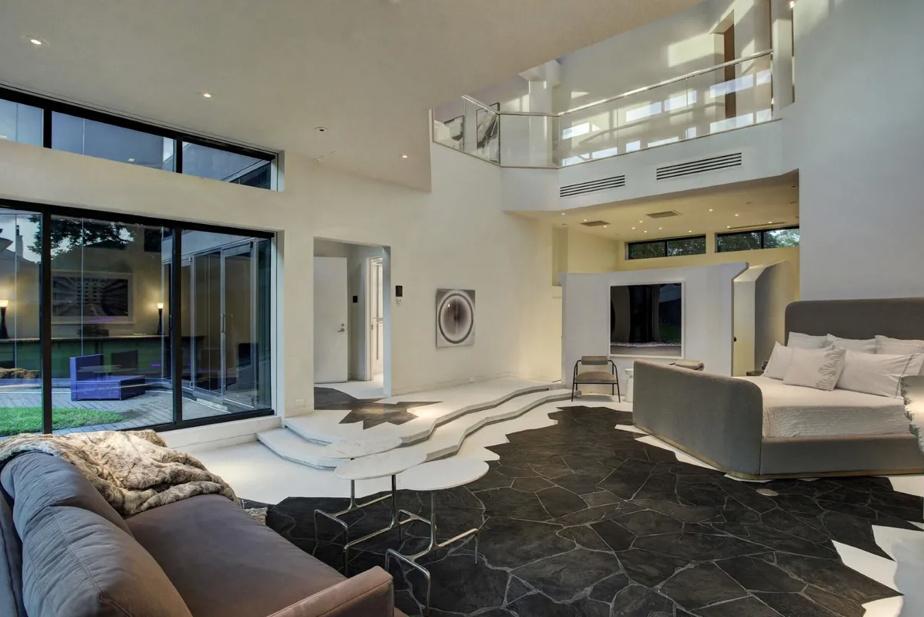 L'une des chambres, montrant le côté très ouvert de la propriété
