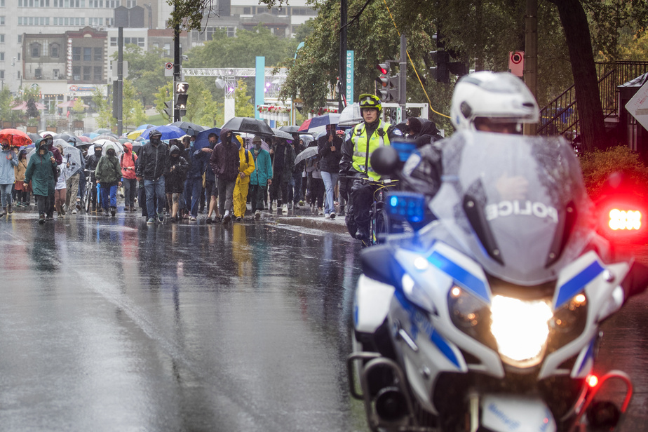 La manifestation était encadrée par des policiers à vélo et des patrouilleurs à moto.