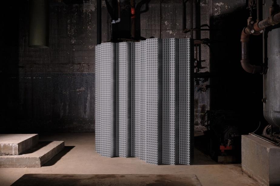 Lambert&Fils a conçu un paravent qui rappelle les façades des gratte-ciel pour se demander si la lumière est un «espace en soi».