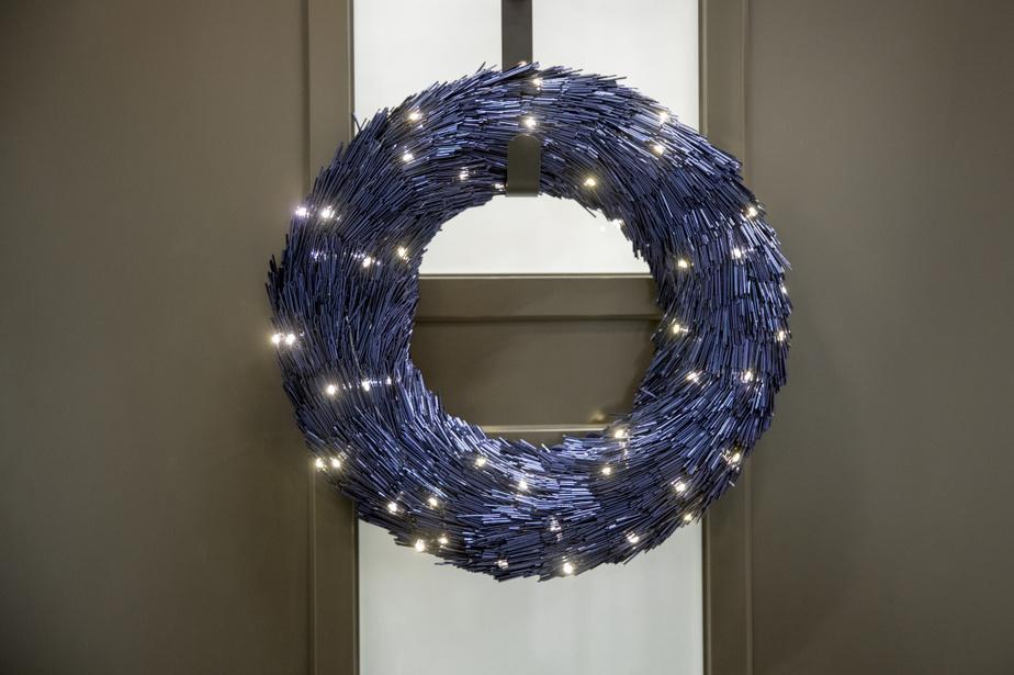 Les vents hivernaux, le crépuscule hâtif et la neige ont inspiré la création de cette couronne illuminée, chez Home Depot. Sans lumière, l'effet ne serait pas le même.