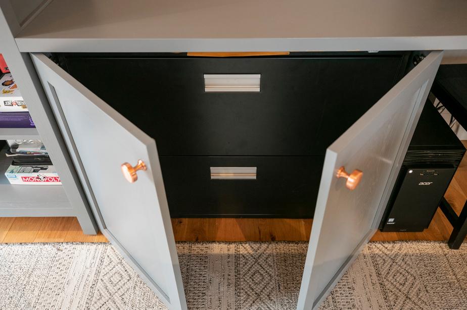 Le classeur noir se fait discret lorsque les portes du meuble sont fermées.