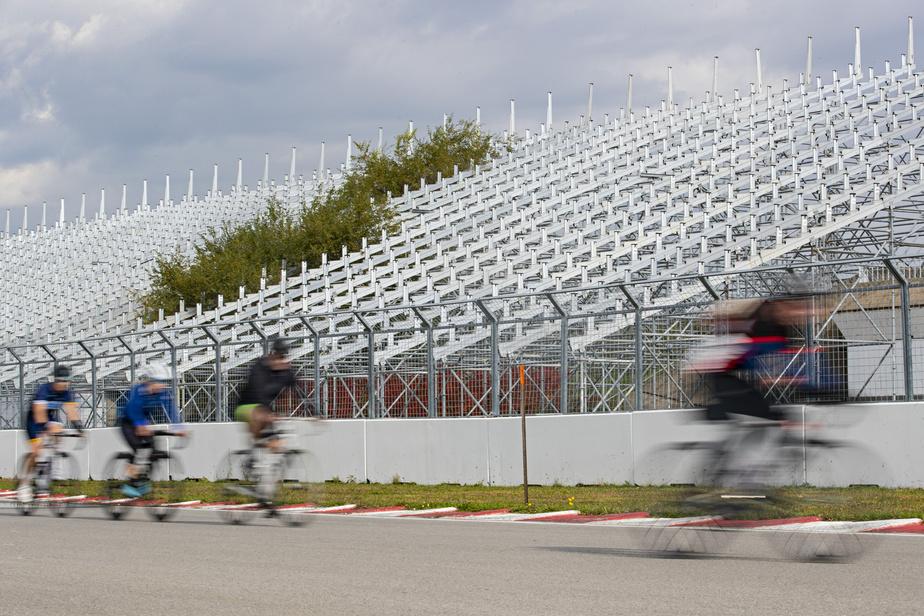 Que ce soit pour une balade seul ou pour s'entraîner en groupe, le circuit Gilles-Villeneuve est un endroit populaire chez les cyclistes. Par contre, puisqu'il n'y a pas eu de Grand Prix cette année, la nature commence à reprendre ses droits et les arbres poussent entre des gradins.