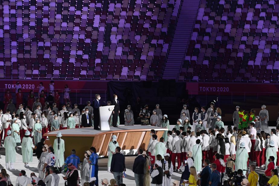 Dans le contexte sanitaire actuel, les discours prononcés durant la cérémonie ont été teintés d'émotion et de messages d'espoir et de solidarité, avant que l'Empereur du Japon, Naruhito, ne déclare solennellement les Jeux ouverts.
