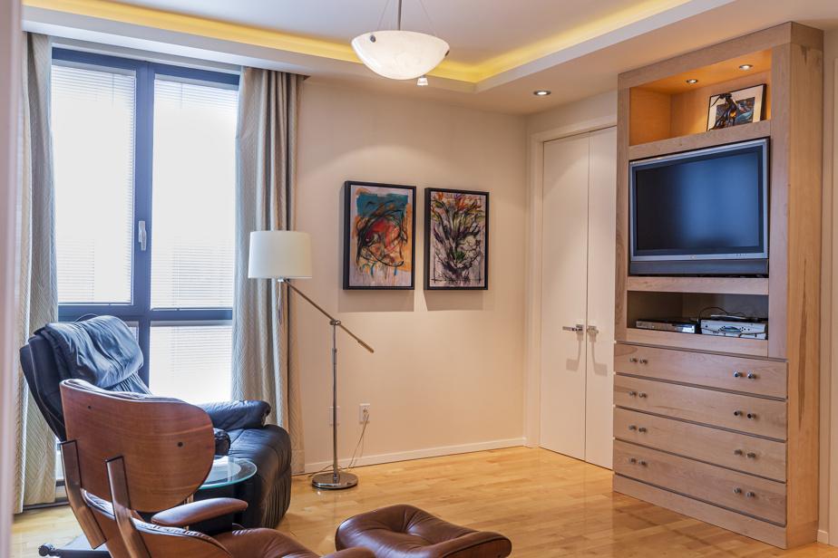 La seconde chambre est multifonctionnelle. Elle sert entre autres de salon, pour regarder la télé.