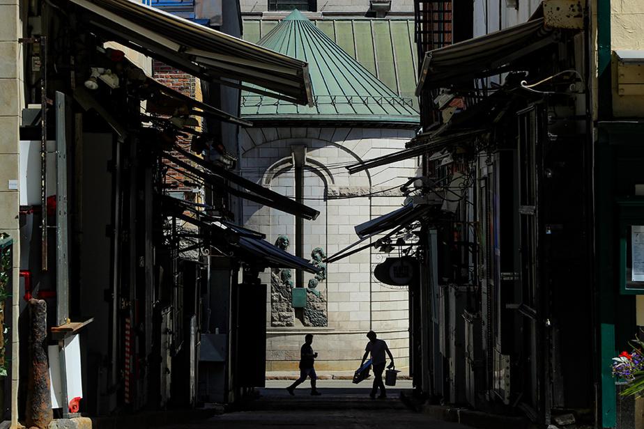 Rue du Trésor, dans le Vieux-Québec, tout près du Château Frontenac, où l'on retrouve, en temps normal, des kiosques d'artistes.