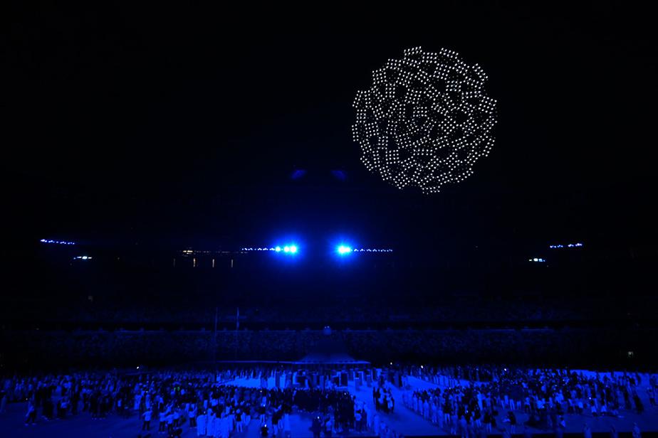 Une fois tous les athlètes réunis, une constellation de drones se sont élevés dans le ciel tokyoïte au son de la célèbre chanson Imagine, devenue au fil du temps un hymne officieux des cérémonies olympiques.