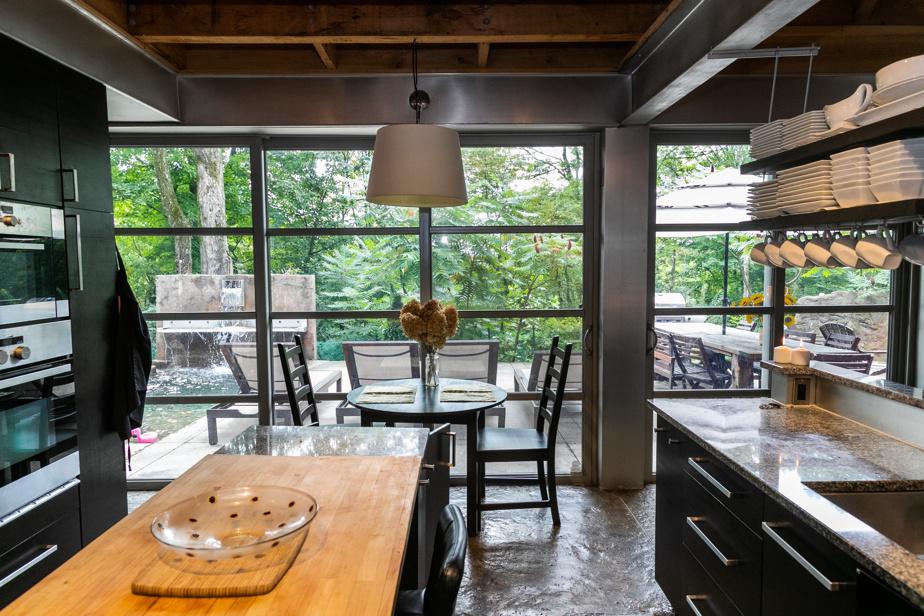 Bien pensée, la cuisine équipée de deux îlots aux comptoirs de bois et de granit de la région a été appréciée à quelques reprises par un ami chef cuisinier du propriétaire.