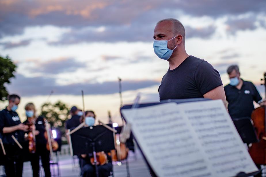 En 2019, l'Orchestre Métropolitain avait joué devant une foule de 35000personnes, au pied du mont Royal. Malgré la pandémie, la direction de l'OM et son maestro, YannickNézet-Séguin, ne pouvaient pas manquer ce beau rendez-vous estival avec leur public. D'où l'idée d'enregistrer ce concert.