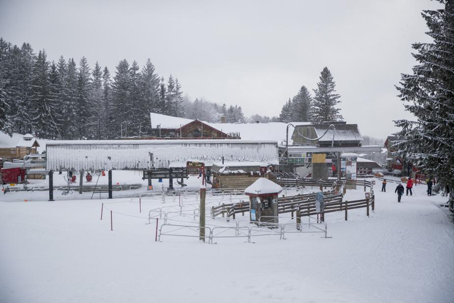 Plusieurs skieurs reprochent à la montagne de ne pas avoir ajusté son plan d'enneigement selon les remontées en service, ni de faire les investissements nécessaires pour garder les installations dans un état acceptable et sécuritaire.