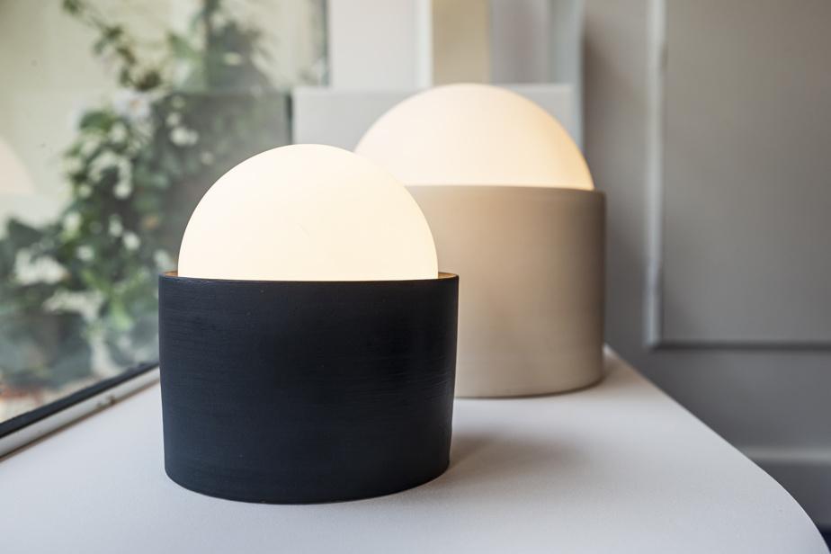 La forme de ce luminaire évoque la bouée traditionnelle, mais sa pesanteur renvoie plutôt à l'ancrage. «C'est l'élément qui rassure», fait valoir sa conceptrice.