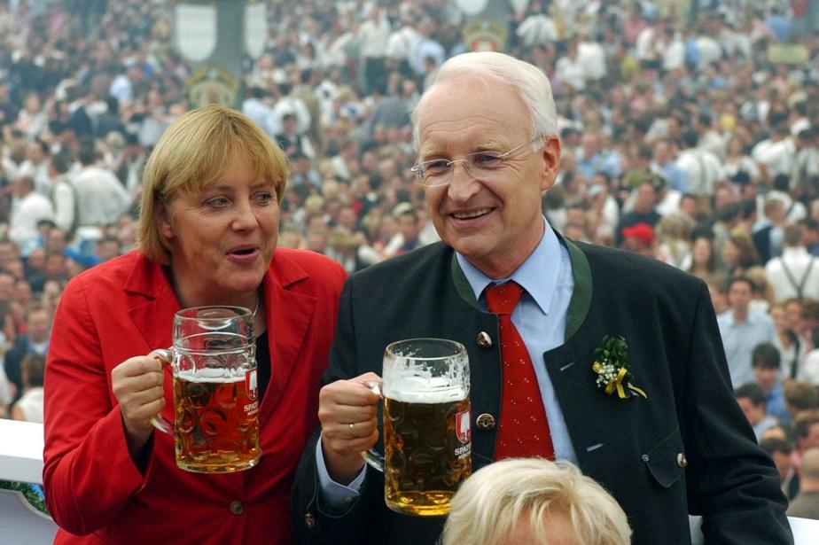 En 2002 avec Edmund Stoiber à l'Oktoberfest, à Munich. Stoiber avait alors été désigné candidat à la chancellerie de la coalition CDU/CSU devant Merkel, mais il mordra la poussière face à Gerhard Schröder.