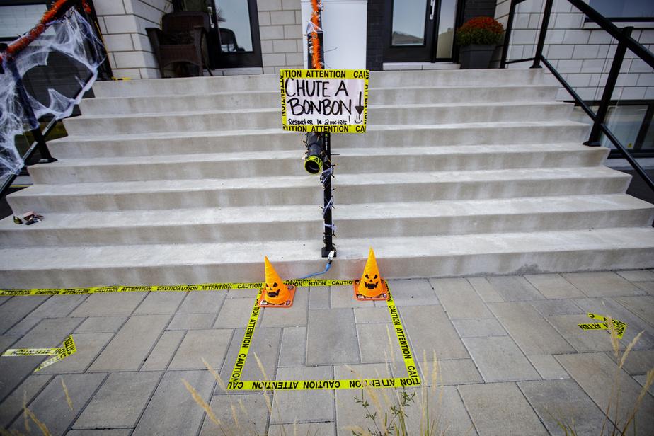 Audrey Pelletier a installé chez elle un parcours avec des flèches collées au sol à deux mètres de distance. Elle s'est procuré un tuyau de PVC, qu'elle a attaché à sa rampe d'escalier, et qui servira… dechute àbonbons!