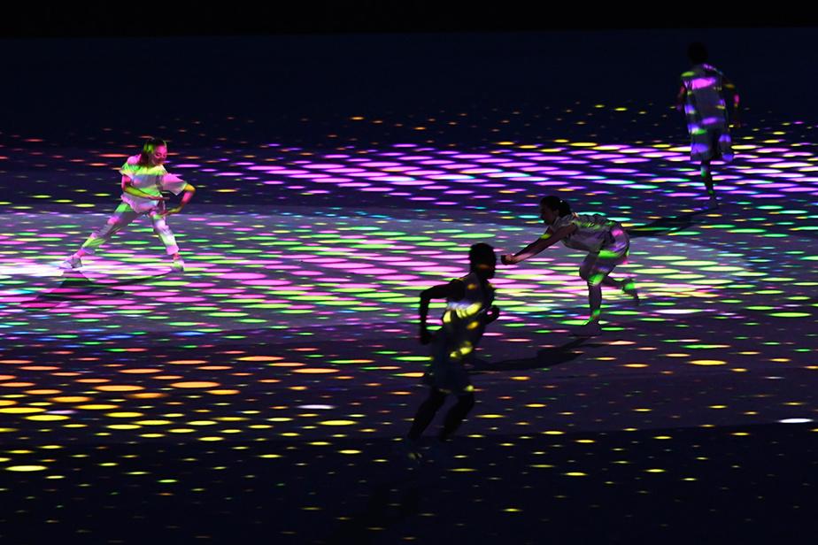 Compte tenu de l'absence de spectateurs pendant toute la durée des Jeux, le spectacle était « plus simple et plus sobre », avaient prévenu les organisateurs.