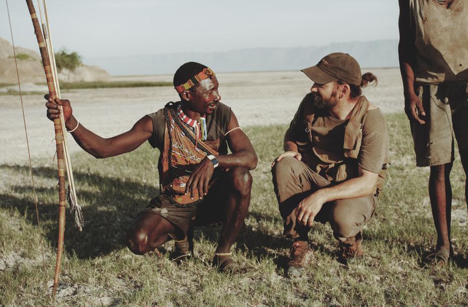 Guillaume Beaudoin discute avec le chef de la tribu des Hadza, rencontré en Tanzanie dans le cadre du tournage de la sérieTribal.