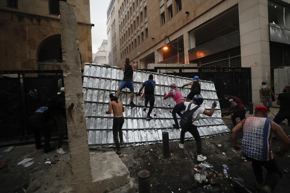 Dimanche, face à l'ire de la population et à l'ampleur du drame, qui a tué au moins 158personnes et fait plus de 6000blessés, la ministre de l'Information et le ministre de l'Environnement et du Développement administratif ont présenté leur démission.