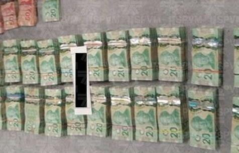 Les policiers ont saisi près de 800000$ en argent comptant.