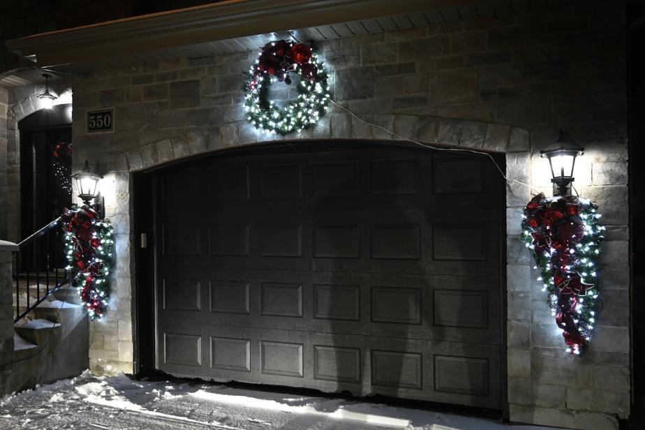 Les lumières procurent chaleur et réconfort. Les décorations illuminées s'installent sur les portes d'entrée, mais aussi autour des portes de garage. Celles-ci ont été confectionnées par le Centre de jardin Barbe, à Saint-Eustache.