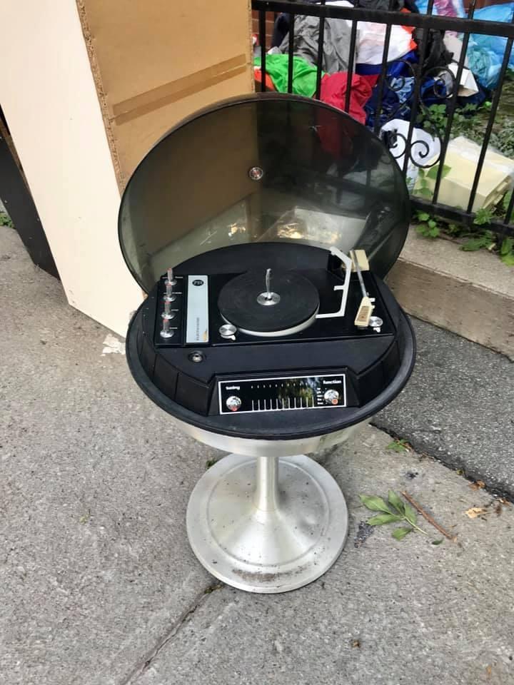 Ce que l'on suppose être un tourne-disque. À moins qu'il ne s'agisse d'un meuble extraterrestre?