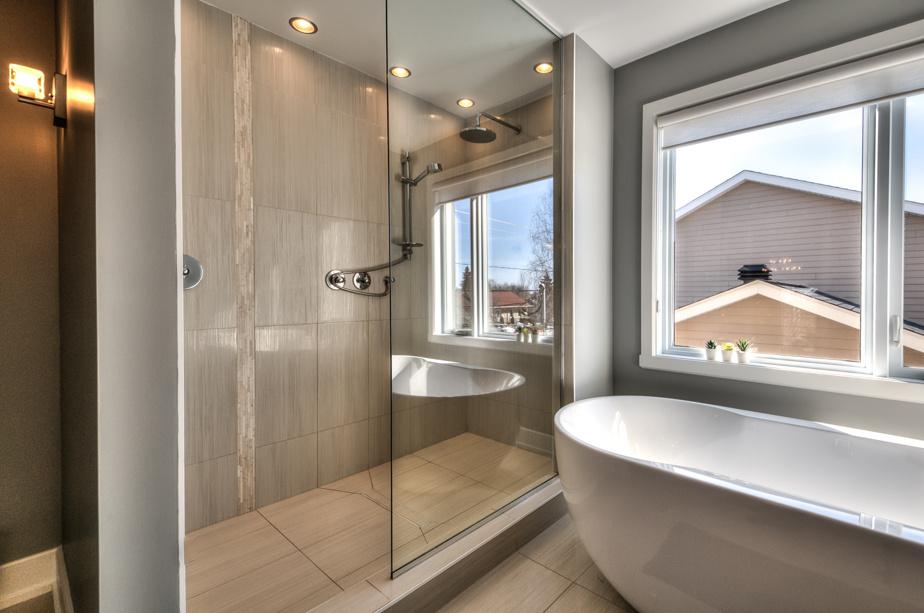La salle de bains profite de grandes fenêtres.