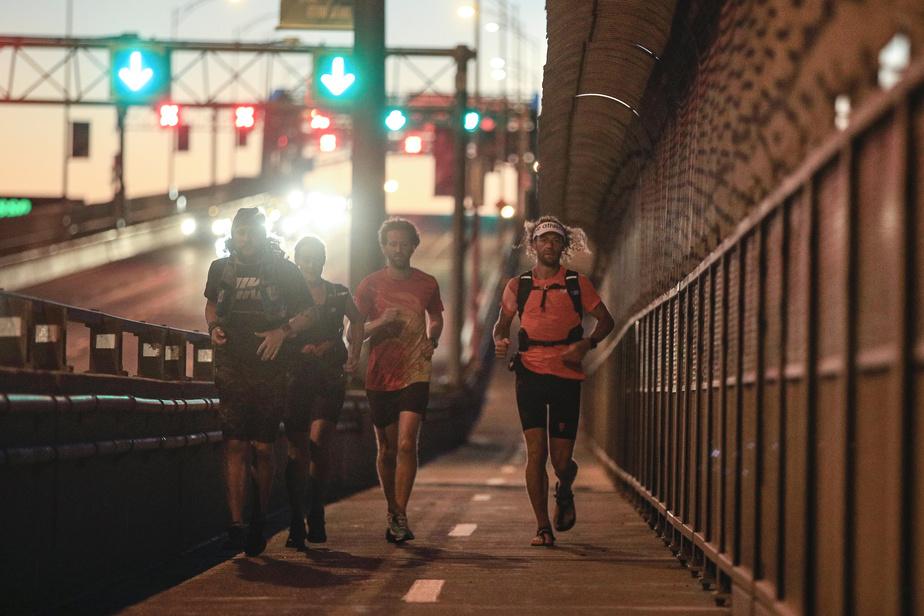 L'ultramarathonien Joan Roch a traversé tôt mercredi matin le pont Jacques-Cartier.