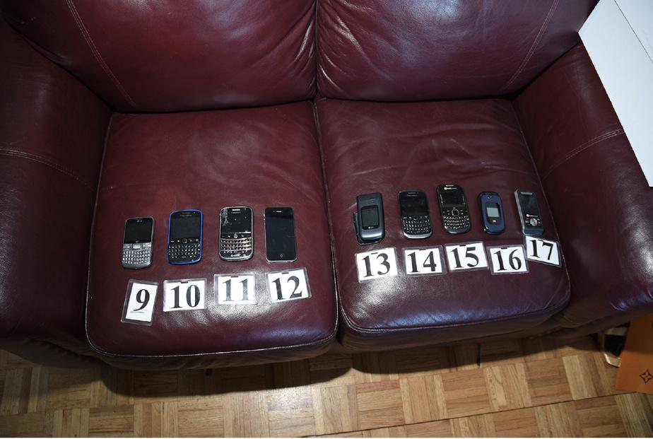 Une partie des vingt téléphones cellulaires trouvés chez Anglade lors de la perquisition.