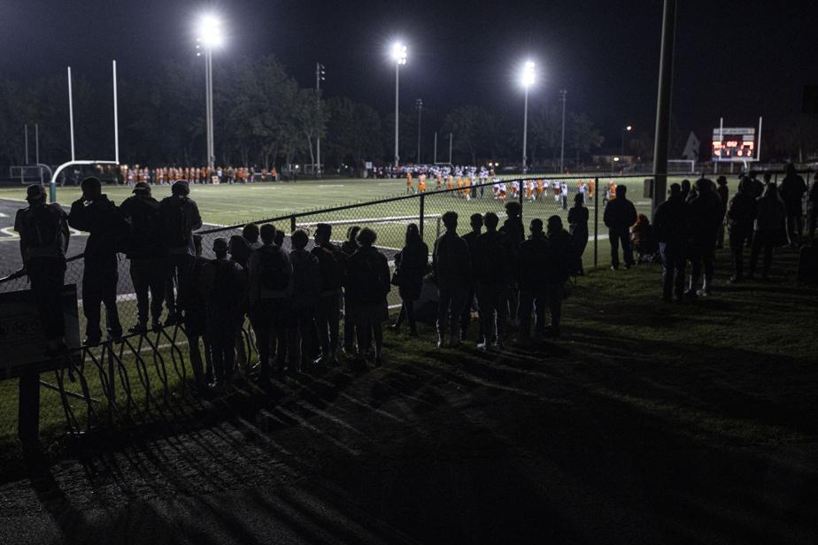 Le stade est trop petit pour accueillir tous les spectateurs. Au cours de la soirée, plusieurs sauteront par-dessus la clôture pour avoir un meilleur accès au match.