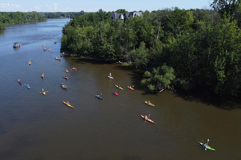 Une «manifestation nautique» s'est tenue le samedi8août sur la rivière des Mille Îles, à Laval, pour réclamer la protection de l'île Gagnon, où l'entreprise Olymbec a mis sur pied un projet de développement immobilier de plusieurs centaines de millions de dollars.