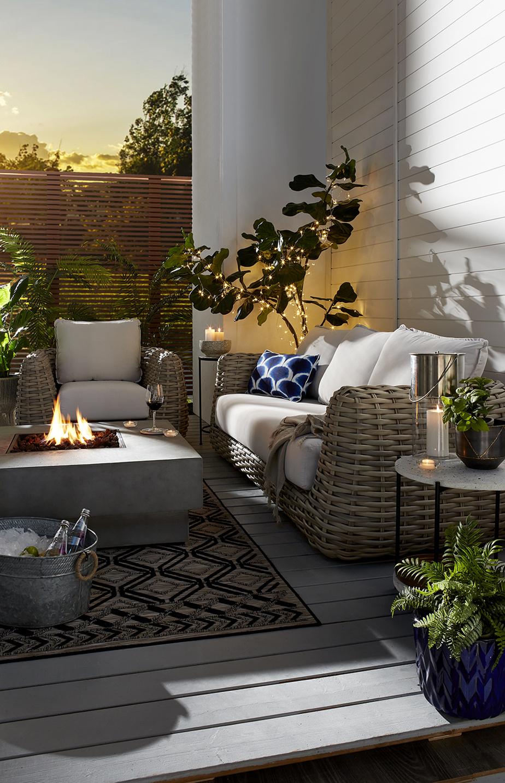 Les foyers extérieurs et les chauffe-terrasses sont devenus indispensables pour prolonger les soirées à la belle étoile. «Ces produits très pratiques répondent au besoin d'étendre les moments passés dehors, du printemps jusqu'à l'automne», souligne Erin O'Brien, experte en décoration chez HomeSense.