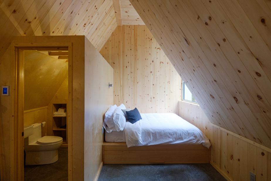 Les chalets en revêtement de cèdre naturel, avec toits en tôle pincée, sont conçus par Appareil Architecture.