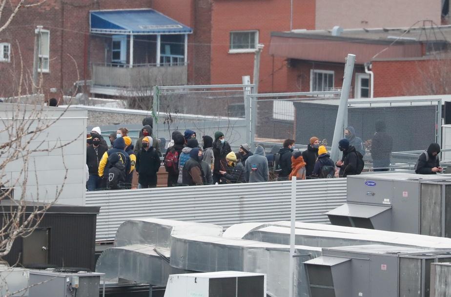 Quelques-uns des employés qui se trouvaient dans les bureaux d'Ubisoft se sont réfugiés sur le toit de l'immeuble.