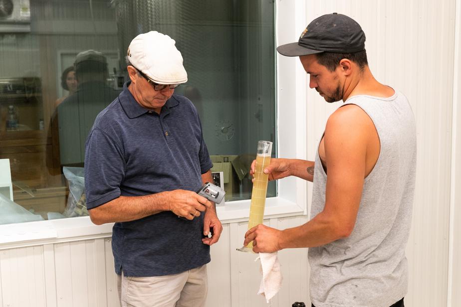 Georges et Émile Archambault font des tests dans le chai de Fragments.
