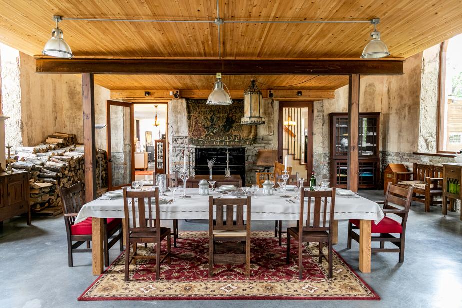 La partie nord a été convertie en salle à manger. Une mezzanine en bois a été ajoutée pour maximiser l'utilisation du volume de la pièce.