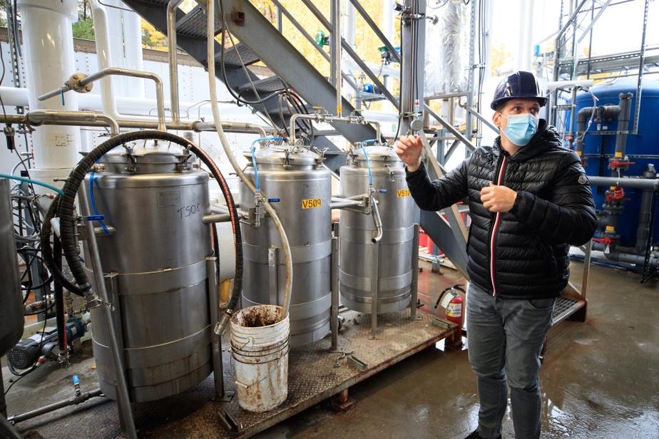 Ce mélange sera ensuite filtré afin de forcer la séparation du plastique en ses composants de bases: le téréphtalate de diméthyle (DMT), sous forme solide, et le monoéthylène glycol (MEG), sous forme liquide. À l'aide d'un processus chimique de distillation, les deux composants seront purifiés, ce qui éliminera tous les colorants, additifs et impuretés.