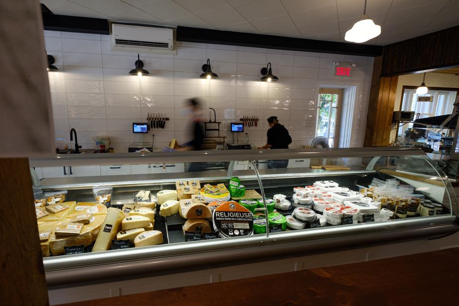 Le comptoir du Presbytère à Sainte-Élizabeth-de-Warwick est richement garni. Impossible de ne pas trouver un style de fromage à son goût: pâtes molles, pressées, persillées, etc.