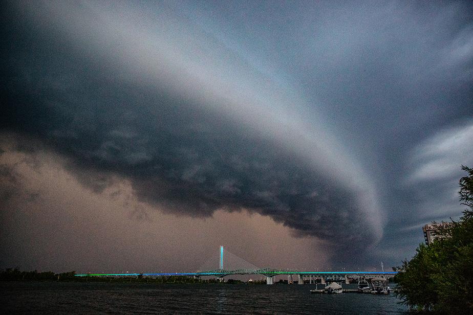 En début de soirée, le 2août dernier, le ciel se faisait menaçant au-dessus du pont Samuel-De Champlain.