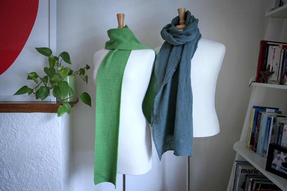 Les foulards de Lili+Henry sont fabriqués avec des matières naturelles comme la laine mérinos, le lin et le voile de chanvre.