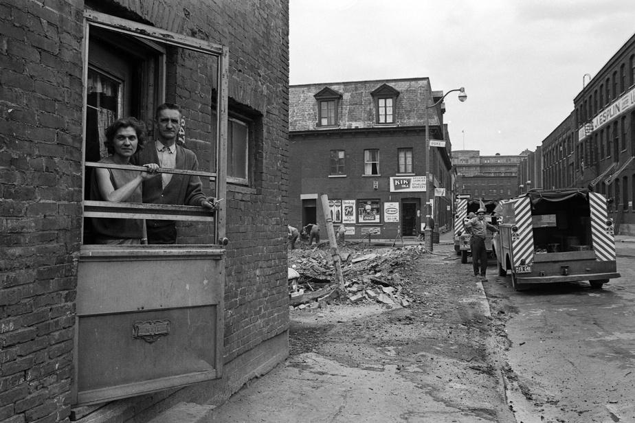 Démolition près de la rue Duke dans Griffintown, en 1965. Ces travaux de démolition étaient nécessaires pour la construction de l'autoroute Bonaventure.