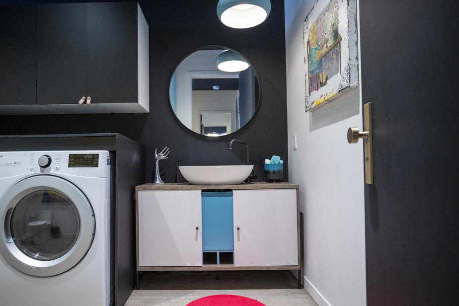 Il y a deux salles de lessive dans le loft, une à chaque extrémité de l'appartement. Celle-ci est du côté des parents.