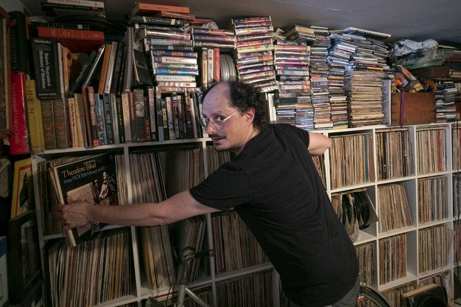 Socalled, dans son appartement, a collectionné au fil du temps plus de 10000vinyles, dont 500 de musique juive.