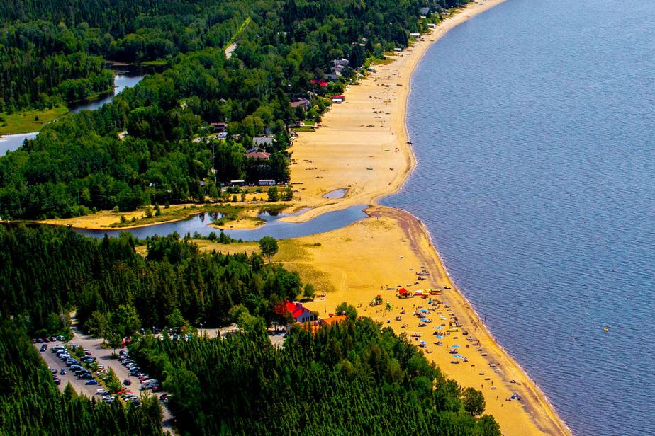 Des kilomètres de rives sablonneuses constituent l'une des plus belles plages du Québec: celle du parc national de la Pointe-Taillon, aux abords du lac Saint-Jean.
